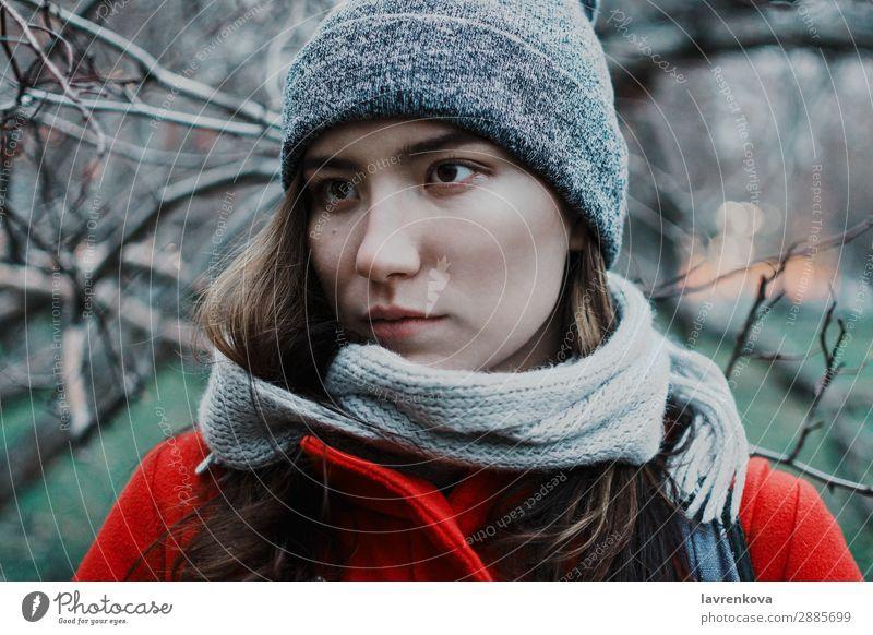 Porträt einer jungen erwachsenen Frau in den Ästen der Bäume Erwachsene Herbst schön blau Ast kalt dunkel Gesicht Herbstwetter Junge Frau Behaarung horizontal