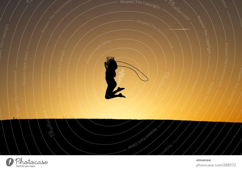 kinderleicht Mensch Kind Himmel Natur Jugendliche Sommer Sonne Freude Mädchen schwarz feminin Sport Spielen Bewegung springen Körper
