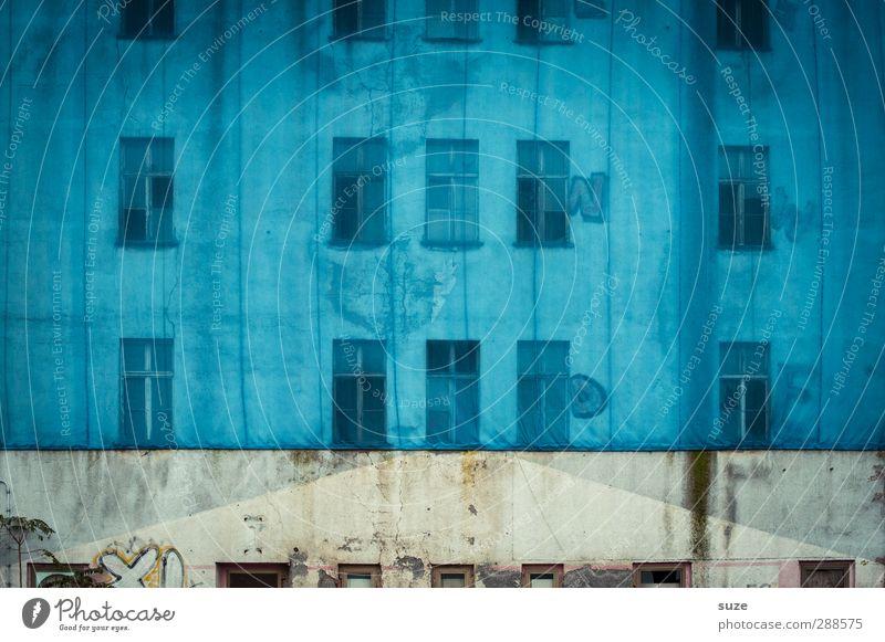 Blaues Top, bauchfrei Haus Baustelle Stadtrand Gebäude Architektur Mauer Wand Fassade Fenster Stein alt dreckig einfach kaputt trist blau Verfall