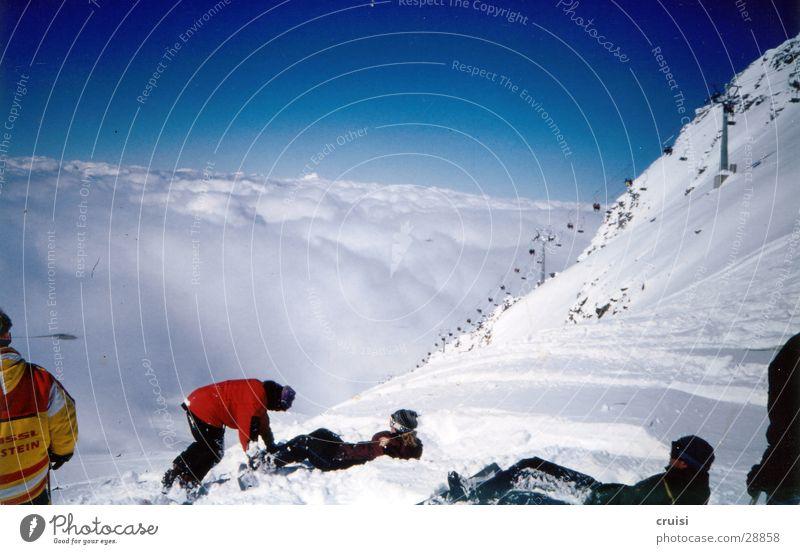 über den Wolken Himmel Sonne Wolken Schnee Sport Menschengruppe Aussicht Pause steil Winterurlaub Sesselbahn Neuschnee Snowboarder Pulverschnee Tux über den Wolken