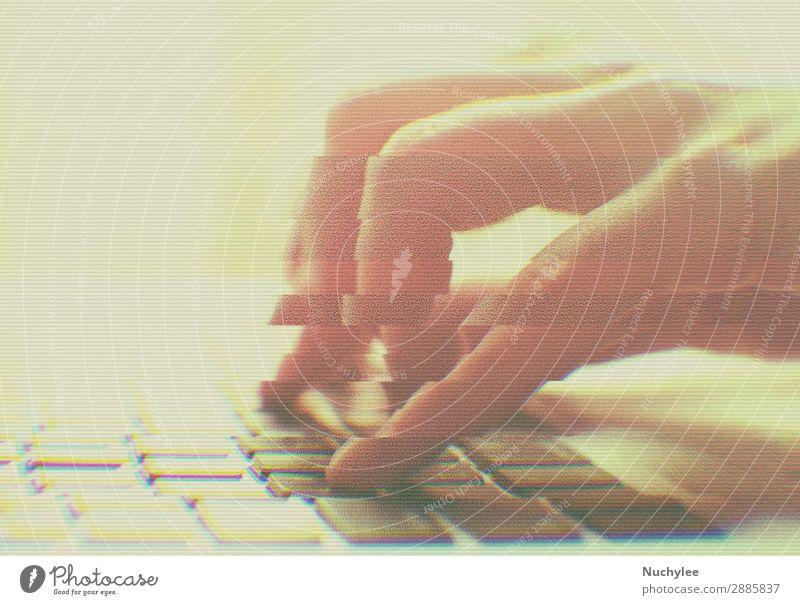 Hände tippen am Computer mit Glitch-Effekt Spielen Arbeit & Erwerbstätigkeit Büro Business Notebook Technik & Technologie Internet Frau Erwachsene Hand berühren