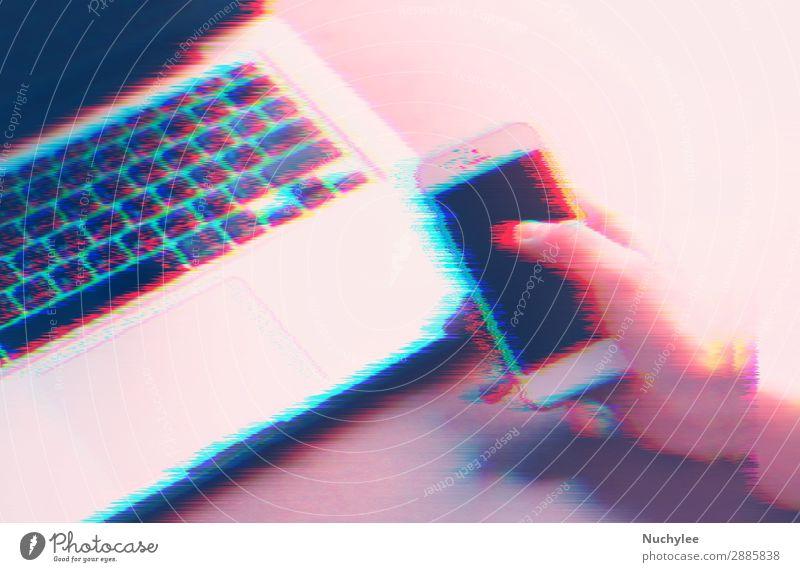 Hand mit Smartphone und Laptop mit Glitch-Effekt Design Arbeit & Erwerbstätigkeit Beruf Büro Business Telefon Computer Notebook Bildschirm Technik & Technologie