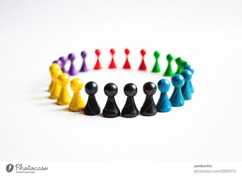 Farbige Spielfiguren Anordnung mehrfarbig Vielfältig Farbe Figur Strukturen & Formen Formation mehrere Konflikt & Streit Kreis Sportmannschaft Menschenleer