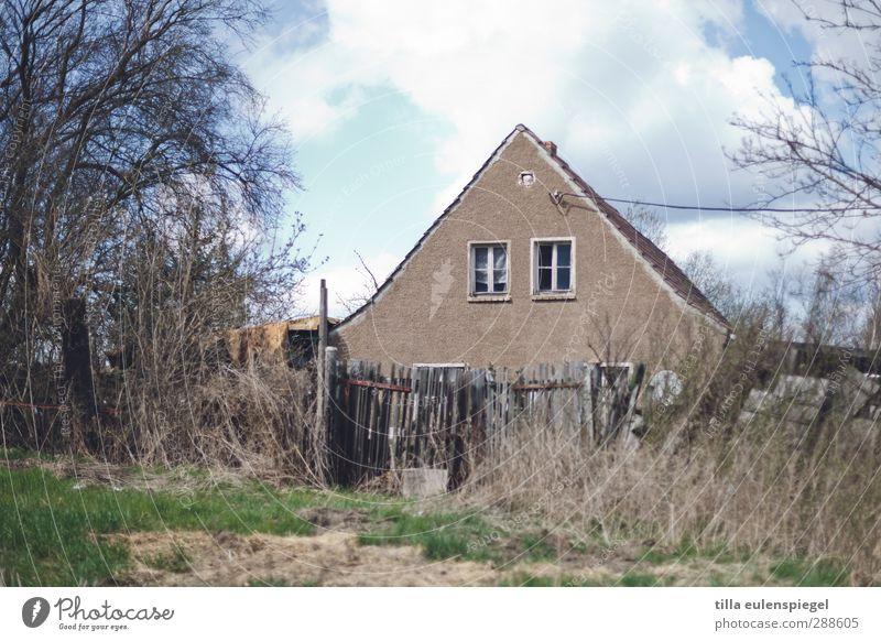 Traum vom Haus. Einfamilienhaus Fenster alt Vergänglichkeit Zaun verfallen Verfall Wiese Sträucher Baum Himmel Wolken Unbewohnt Menschenleer Farbfoto