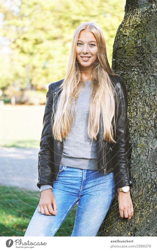 junge Frau lehnt an Baum Lifestyle Freizeit & Hobby Mensch feminin Junge Frau Jugendliche Erwachsene 1 13-18 Jahre 18-30 Jahre Frühling Herbst Garten Park