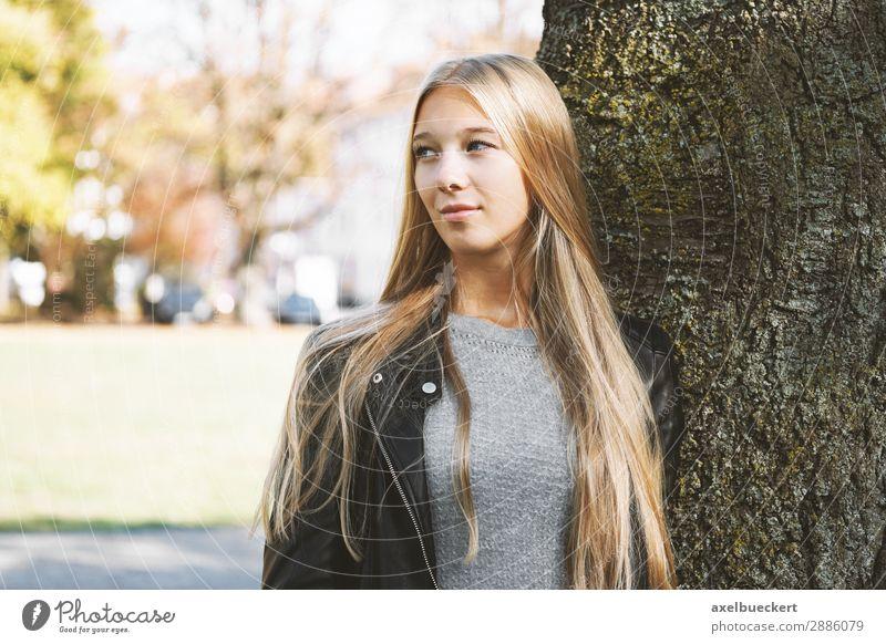verträumte junge Frau lehnt an Baum Lifestyle Freizeit & Hobby Mensch feminin Junge Frau Jugendliche Erwachsene 1 13-18 Jahre 18-30 Jahre Park blond langhaarig