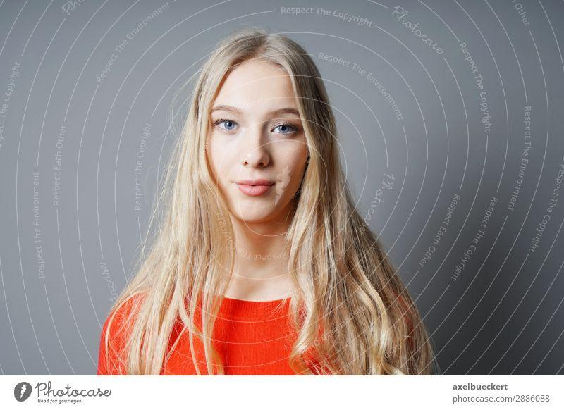 junge Frau mit langen blonden Haaren Mensch feminin Junge Frau Jugendliche Erwachsene 1 13-18 Jahre 18-30 Jahre langhaarig Zufriedenheit ernst schön Farbfoto