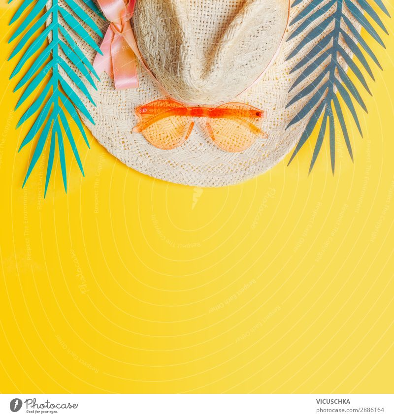 Strohhut mit Sonnenbrille und tropischen Blättern Stil Freude Erholung Ferien & Urlaub & Reisen Sommer Strand Natur Blatt Accessoire Hut trendy gelb Design