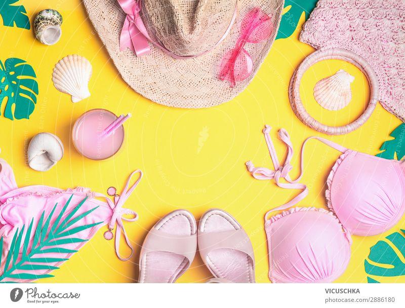 Sommer Hintergrund mit rosa Strand Accessoires Longdrink Cocktail Design Ferien & Urlaub & Reisen feminin Mode Bekleidung Bikini Sonnenbrille Schuhe Flipflops