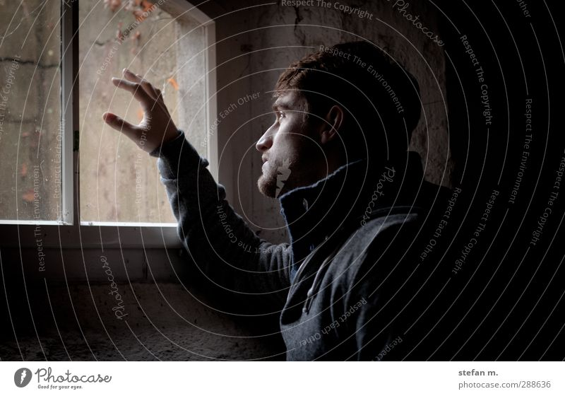 Herbst Mensch Jugendliche alt Einsamkeit Haus Erwachsene Liebe Fenster kalt Junger Mann Traurigkeit Stein 18-30 Jahre träumen Wind