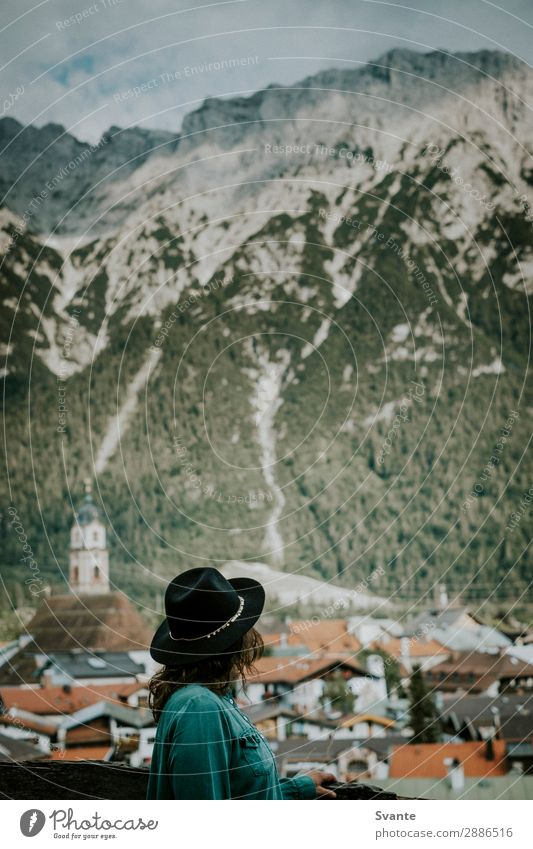 Frau mit Hut mit Blick auf die Bergstadt Lifestyle Stil Ferien & Urlaub & Reisen Tourismus Ausflug Abenteuer Ferne Freiheit Städtereise Sommer Sommerurlaub