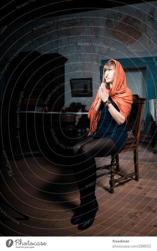 scheinheilig Mensch Frau Jugendliche schön Erwachsene Junge Frau Erotik feminin Holz lustig Religion & Glaube blond verrückt Kleid brünett skurril