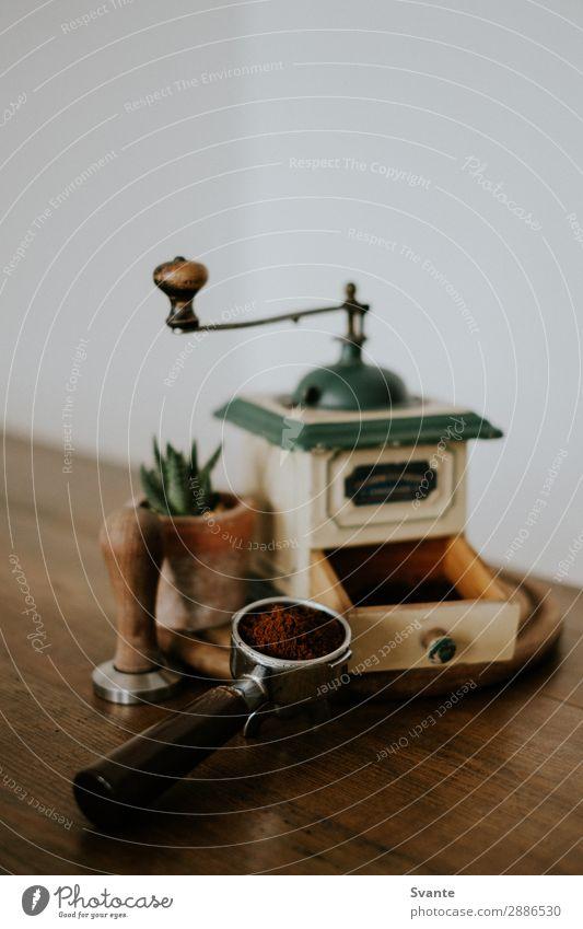 Alte Kaffeemühle und Portafilter auf Holztisch Kaffeetrinken Heißgetränk Espresso Lifestyle elegant Stil Design Berlin Deutschland ästhetisch authentisch