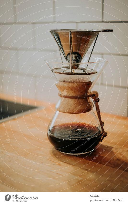Kaffeemaschine auf Holztisch in der Küche Kaffeetrinken Getränk Heißgetränk Espresso Lifestyle elegant Stil ästhetisch Kaffeepause Chemex tropfend Farbfoto