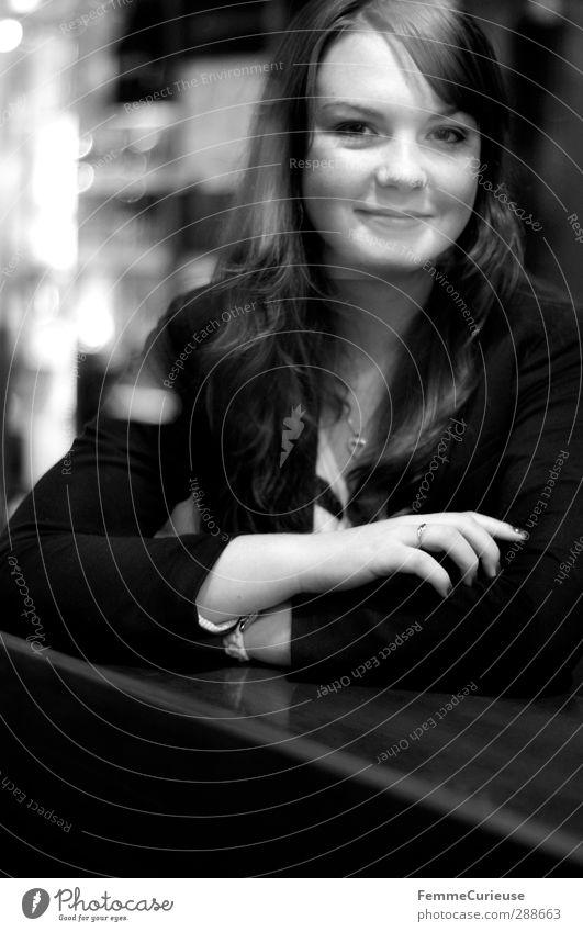 Simply her (VI). Mensch Frau Jugendliche Stadt Erwachsene Junge Frau 18-30 Jahre Business natürlich offen Kraft sitzen Erfolg Lächeln Stadtleben Tisch