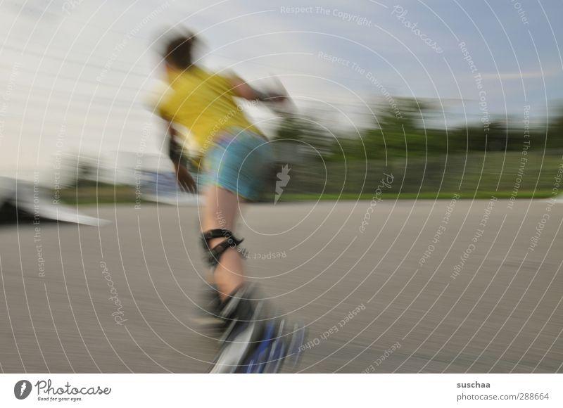 inlinergirl Kind Jugendliche Mädchen Junge Frau feminin Sport Beine Körper Kindheit laufen Geschwindigkeit Fitness fahren Gesäß Asphalt sportlich