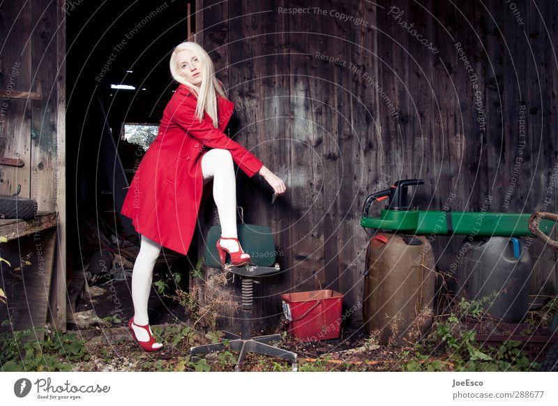 #248542 Stil Häusliches Leben Garten Arbeit & Erwerbstätigkeit Frau Erwachsene 1 Mensch Mode Mantel Damenschuhe blond Blick stehen authentisch dunkel trendy