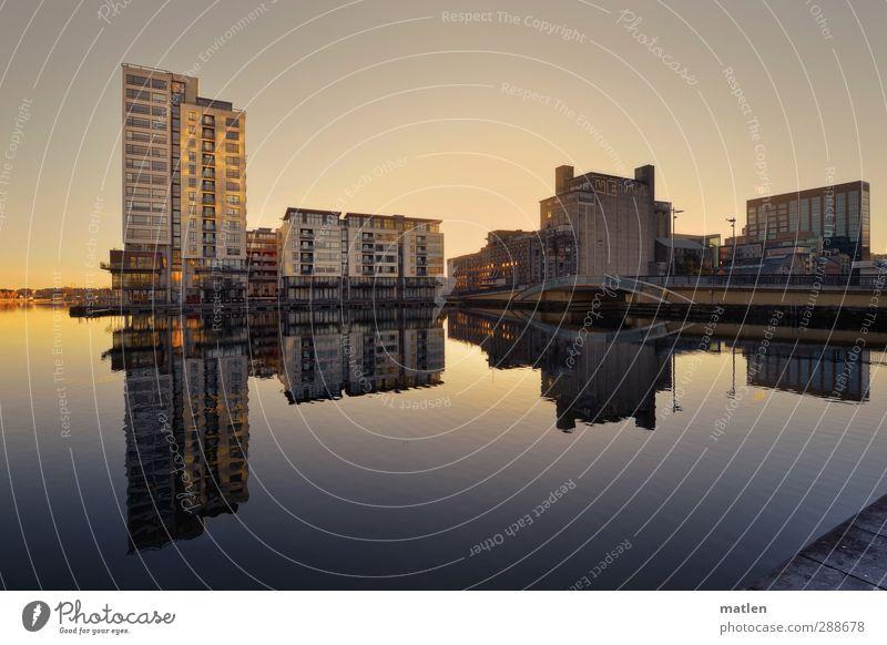 Wasserspiegel Himmel Wolkenloser Himmel Sonnenaufgang Sonnenuntergang Herbst Küste Stadt Hafenstadt Menschenleer Haus Hochhaus Brücke Gebäude Architektur blau