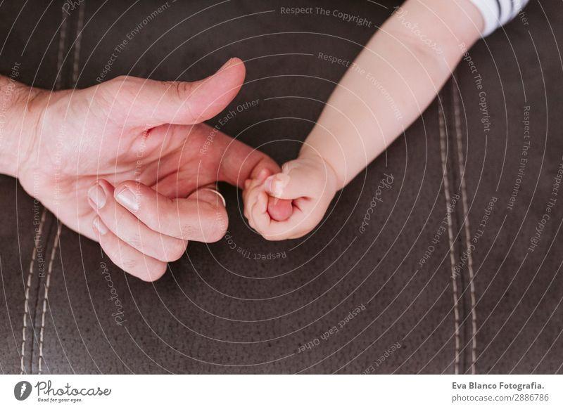 Nahaufnahme eines Babys, das den Finger des Vaters hält. Familienkonzept Lifestyle Kindererziehung Mann Erwachsene Eltern Familie & Verwandtschaft Kindheit Hand