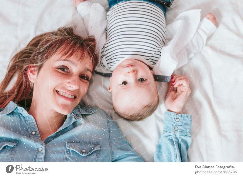 Frau Kind Mensch Jugendliche Junge Frau blau Freude Lifestyle Erwachsene Liebe feminin Familie & Verwandtschaft lachen Glück klein