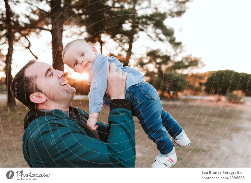 junger Vater und Sohn spielen bei Sonnenuntergang im Freien. Familienkonzept Lifestyle Freude schön Leben Freiheit Erfolg Kind Mensch maskulin Baby Junge