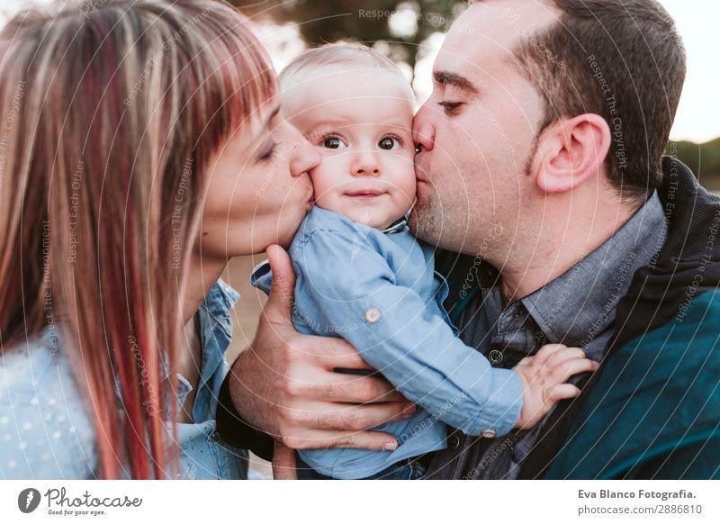 glückliche Familie im Freien bei Sonnenuntergang. Familienkonzept Lifestyle Freude Glück schön Leben Erholung Spielen Kind feminin Baby Junge Junge Frau