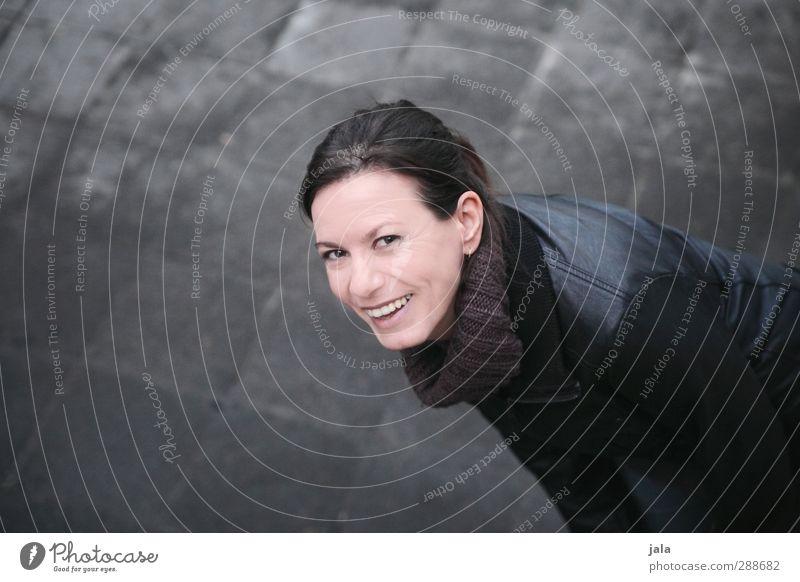 sag schon! feminin Frau Erwachsene 30-45 Jahre Lächeln lachen schön lustig verrückt Freude Glück Fröhlichkeit Lebensfreude Begeisterung Farbfoto Außenaufnahme
