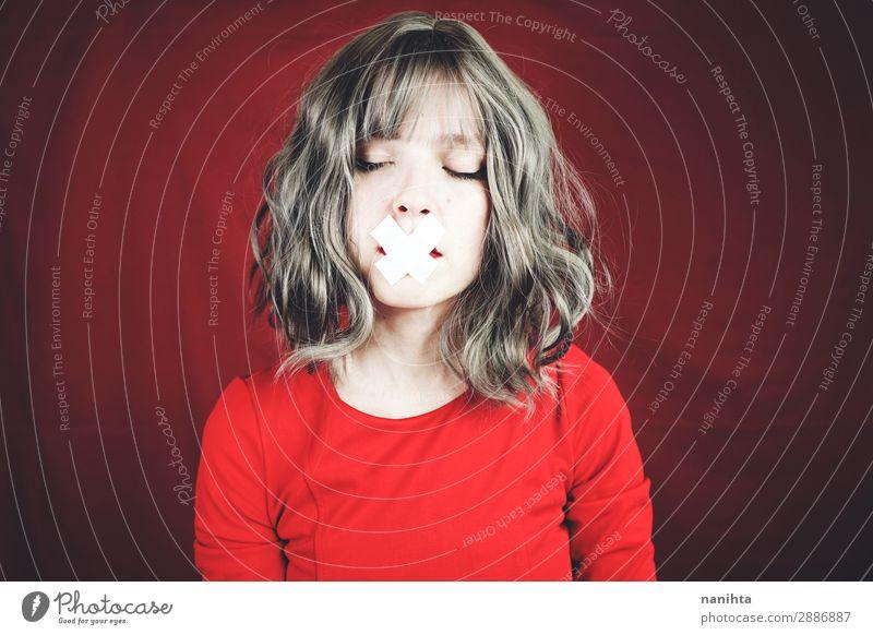 Junge Frau mit einem Kreuz, das ihren Mund bedeckt. Stil schön Haare & Frisuren Gesicht ruhig Mensch feminin Jugendliche Erwachsene 1 18-30 Jahre grauhaarig