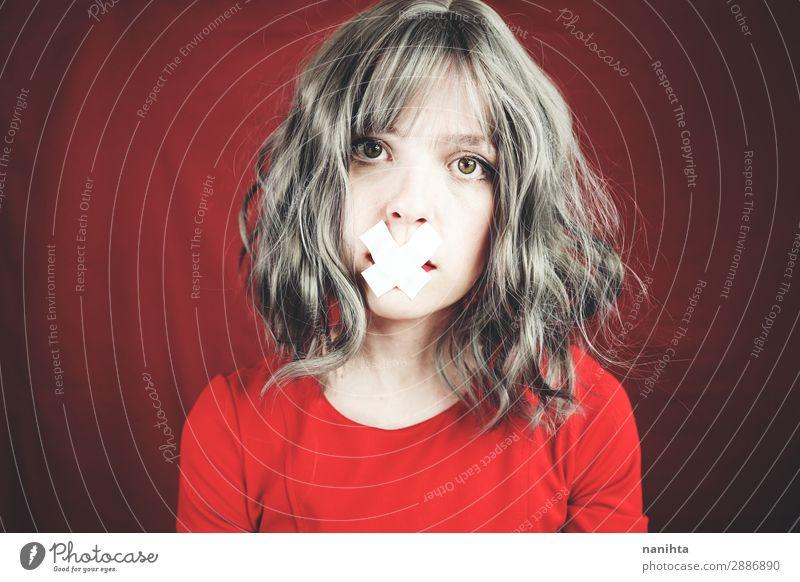 Junge Frau mit einem Kreuz, das ihren Mund bedeckt. Stil Haare & Frisuren Gesicht ruhig Mensch feminin Jugendliche Erwachsene 1 18-30 Jahre natürlich rebellisch