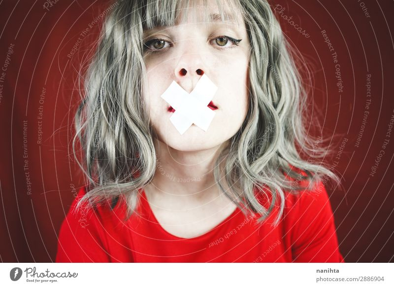 Junge Frau mit einem Kreuz, das ihren Mund bedeckt. Stil Design schön Haare & Frisuren Gesicht ruhig Mensch feminin Jugendliche Erwachsene 1 18-30 Jahre