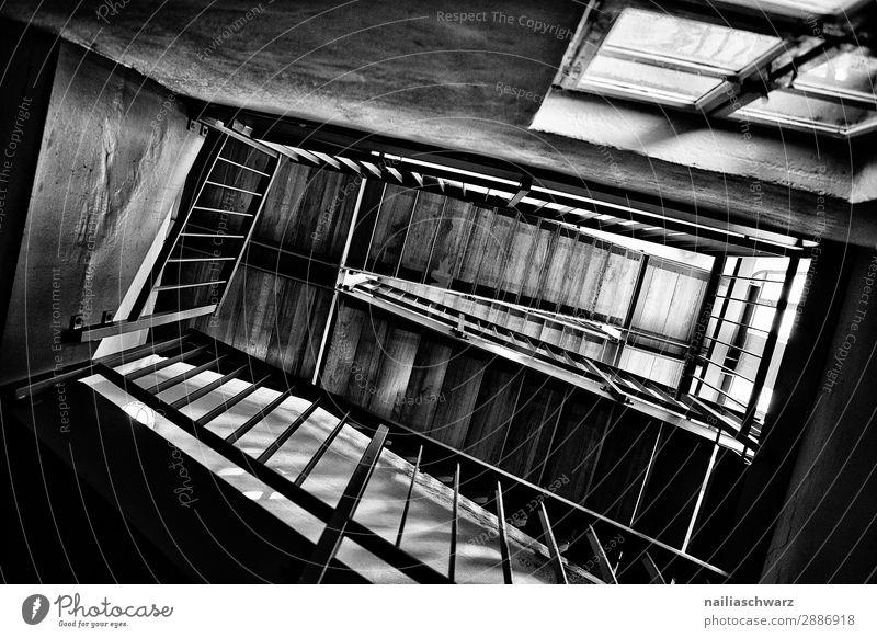 Treppe Haus Turm Architektur Mauer Wand Fenster Holz Glas Metall Linie dunkel historisch schwarz weiß Kraft Ziel Schwarzweißfoto Innenaufnahme Detailaufnahme