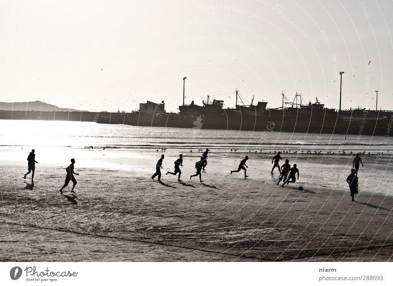 gepflegter Kick am Strand Spielen Sport Ballsport Fußball Sportstätten Sand Wasser Hafen Stadtrand laufen Strandfußball Brasilien Südamerika Afrika Fussball
