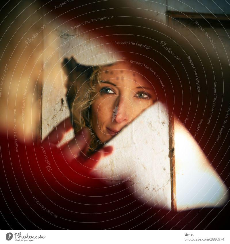 Martina feminin Frau Erwachsene Gesicht Arme Finger 1 Mensch Ruine Mauer Wand lost places Kleid blond langhaarig Locken beobachten festhalten Lächeln Blick