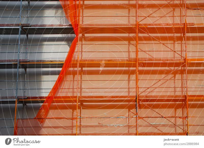 aufgeschobenes Netz am Baugerüst Baustelle Fassade Abdeckung authentisch eckig orange Schutz Wandel & Veränderung Schattenspiel verschoben Modernisierung