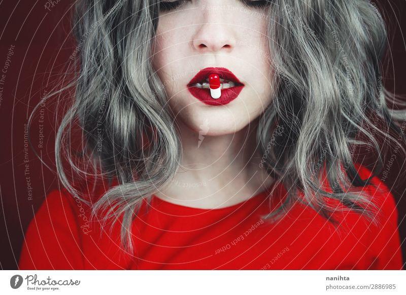 Nahaufnahme der Lippen junger Frauen, die eine Pille halten. Stil Design Haare & Frisuren Haut Gesicht Lippenstift Gesundheitswesen Behandlung Rauschmittel