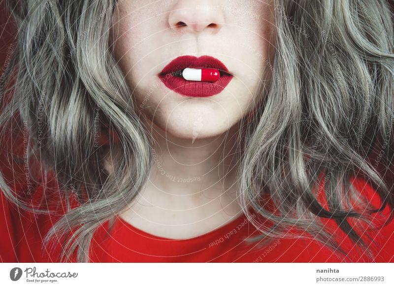 Nahaufnahme der Lippen junger Frauen mit einer Pille Stil Design Haut Gesicht Lippenstift Gesundheitswesen Behandlung Medikament Mensch feminin Junge Frau