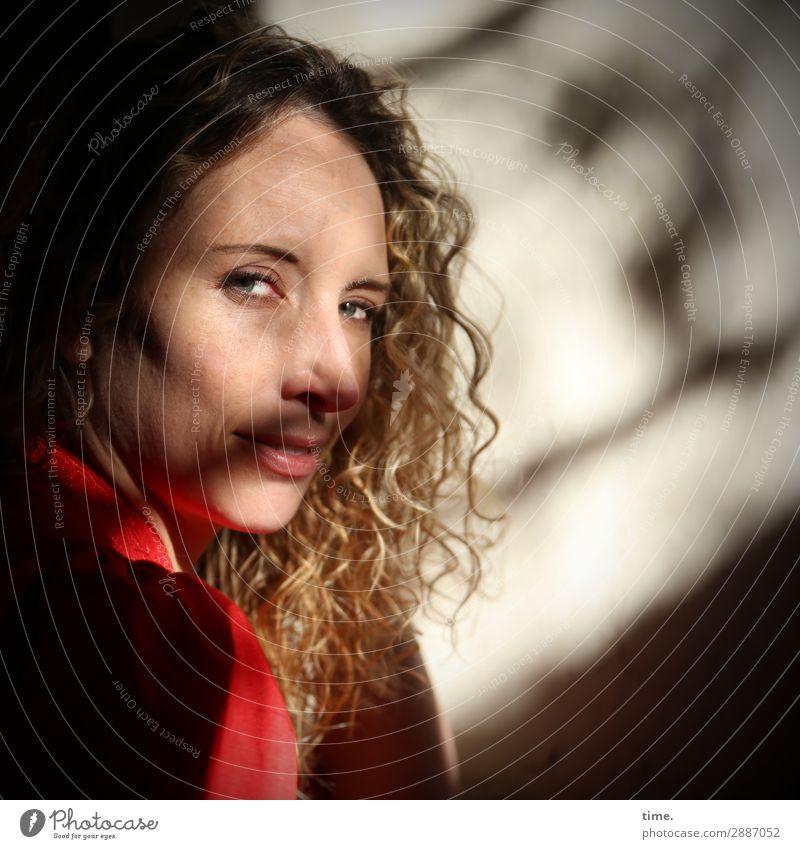 Martina Frau Mensch dunkel Erwachsene Leben Wand feminin Mauer Denken Stimmung Zufriedenheit blond Lächeln Perspektive beobachten Freundlichkeit