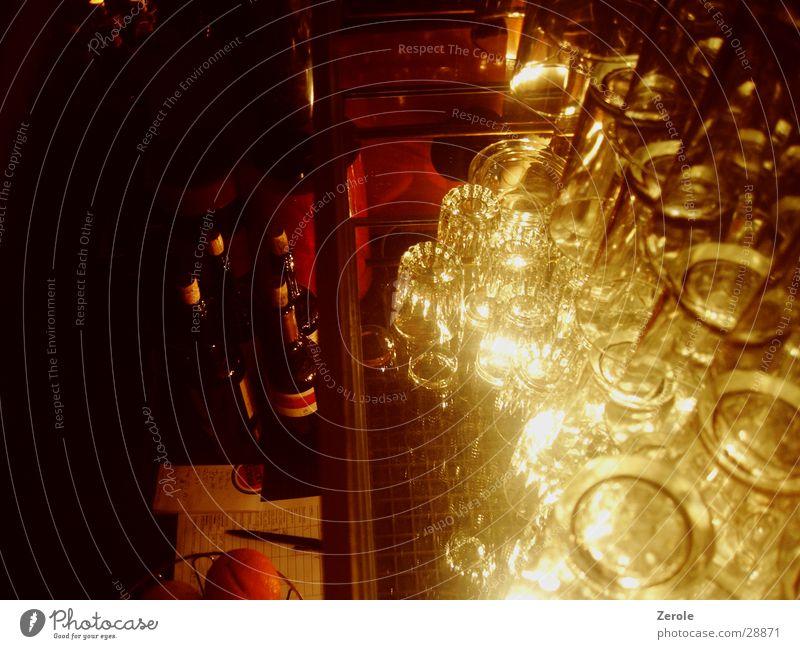 An der Bar 2 Glas dunkel Fototechnik hell Perspektive Reflexion & Spiegelung Beleuchtung Weinflasche Regal Zettel Vogelperspektive Stapel Menschenleer