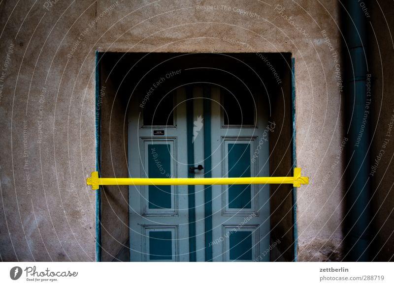 Kein Werbematerial Menschenleer Haus Bauwerk Gebäude Architektur Mauer Wand Tür Zeichen Schilder & Markierungen Hinweisschild Warnschild Wachsamkeit