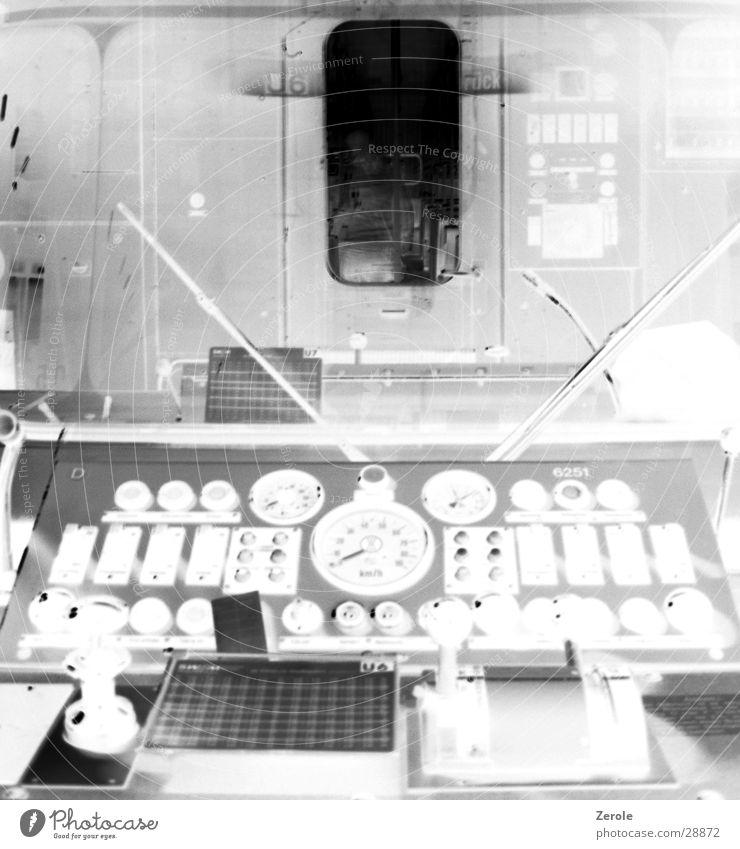 U-Bahn-Führerhäuschen Siebziger Jahre Schwarzweißfoto entgegengesetzt alt Führerhaus Anzeige Schalter Konsole Schaltpult Menschenleer Taste Windschutzscheibe