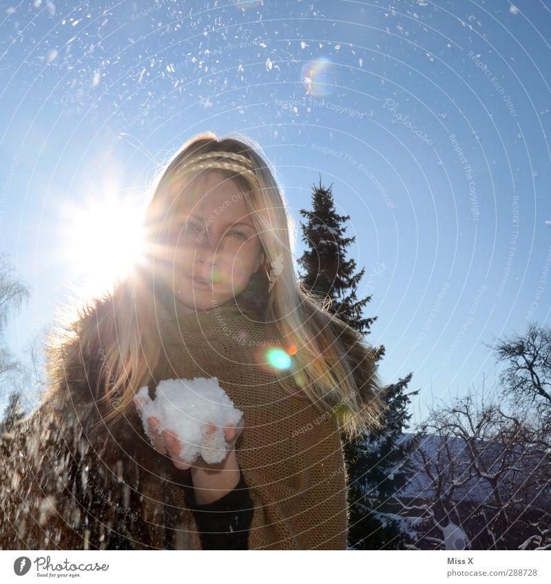 Eisprinzessin Mensch feminin Junge Frau Jugendliche Erwachsene 1 18-30 Jahre Winter Frost Schnee Schneefall Baum Mantel Pelzmantel Fell Haare & Frisuren blond