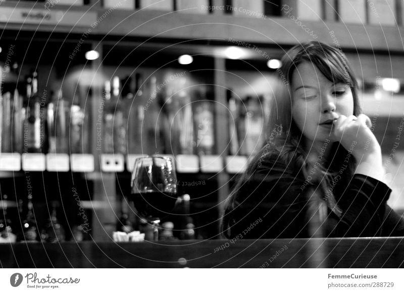 Simply her (VII). feminin Junge Frau Jugendliche Erwachsene 1 Mensch 18-30 Jahre Weinkeller Restaurant Feinkostladen Weinglas Regal Auswahl Weinsorten brünett