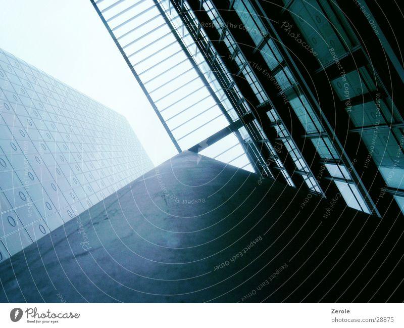 Hochhausfasade Haus oben verrückt Perspektive Säule