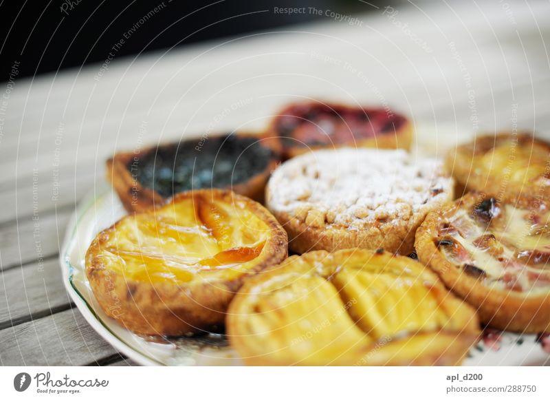 Süss gelb Holz grau Lebensmittel Zufriedenheit authentisch stehen Häusliches Leben Ernährung Tisch ästhetisch Lebensfreude Kuchen Teller Holztisch Französisch