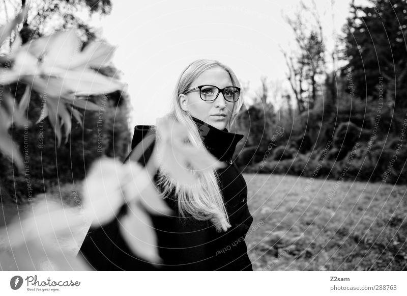 FALL 2012 elegant Stil feminin Junge Frau Jugendliche 18-30 Jahre Erwachsene Umwelt Natur Landschaft Herbst Baum Sträucher Mode Mantel blond langhaarig Blick