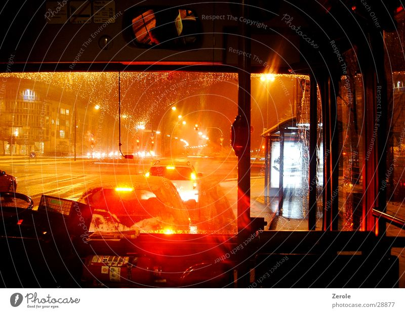 Im Bus Nacht Licht Verkehr Regen Straße mitfahren