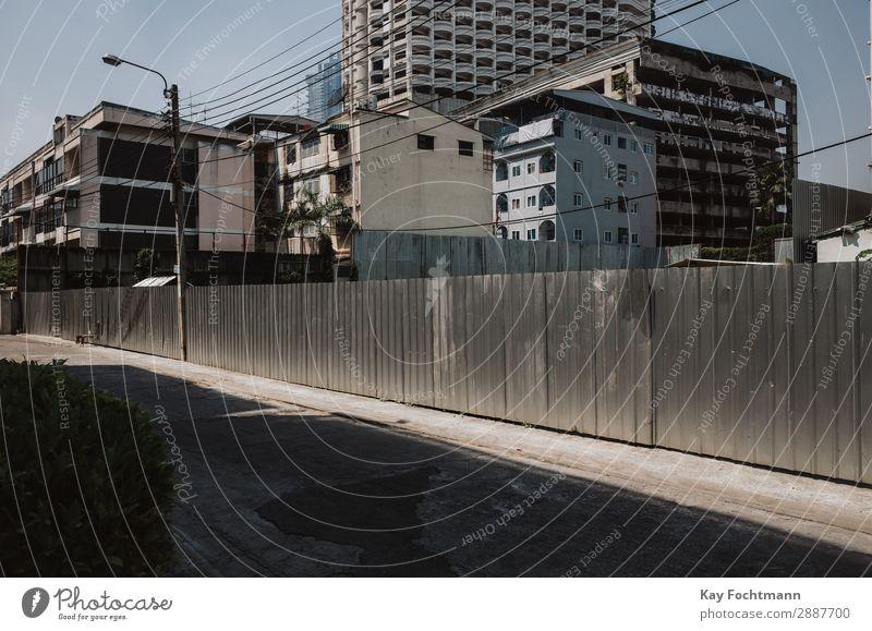Wohngebiet und leere Straße in Bangkok, Thailand Stadt urban Architektur Großstadt Asien Stadtbild Gebäude Tourismus Haus wohnbedingt Ansicht Wahrzeichen reisen