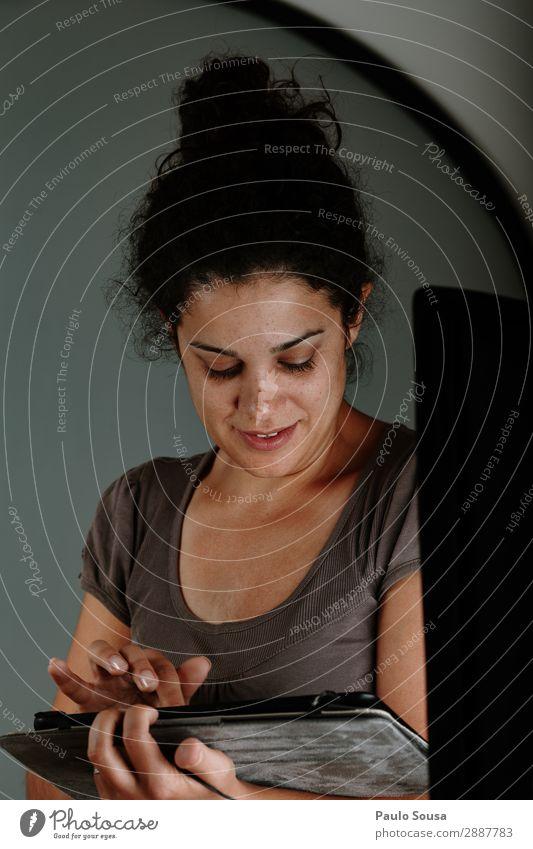 Mädchen bei der Arbeit an Tabletten Lifestyle Berufsausbildung Arbeit & Erwerbstätigkeit Büro Bildschirm Technik & Technologie Mensch feminin Junge Frau