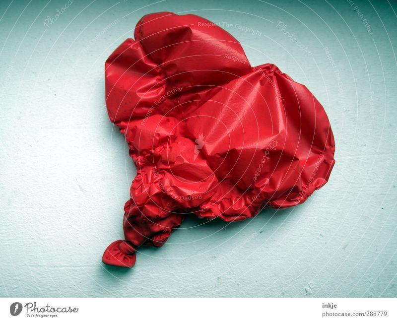 die Luft ist raus... Luftballon Kunststoff Zeichen Herz liegen Traurigkeit kaputt rot Gefühle Laster Liebe Verliebtheit Romantik Liebeskummer unbeständig Stress
