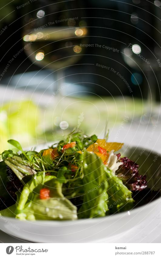 Vorspeise Lebensmittel Salat Salatbeilage Salatteller Ernährung Abendessen Getränk Alkohol Wein Weißwein Weinglas frisch Gesundheit lecker knackig Farbfoto